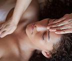 Massage crânien d'une cliente à l'Institut Privilège Esthétique de Montreux