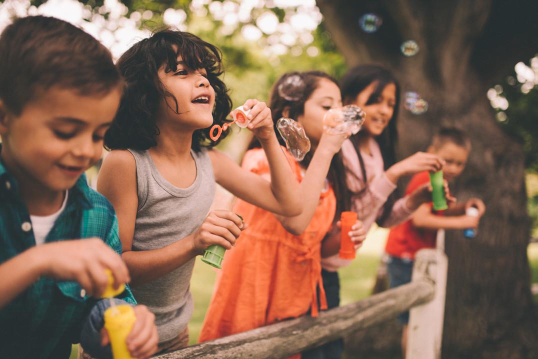 Barn blåser bubblor