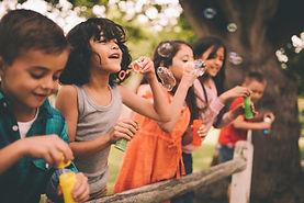 Niños que soplan burbujas