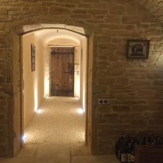 Couloir réalisé en gravillon et accès vers la maison
