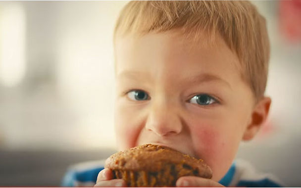 ילד אוכל מאפים ללא גלוטן