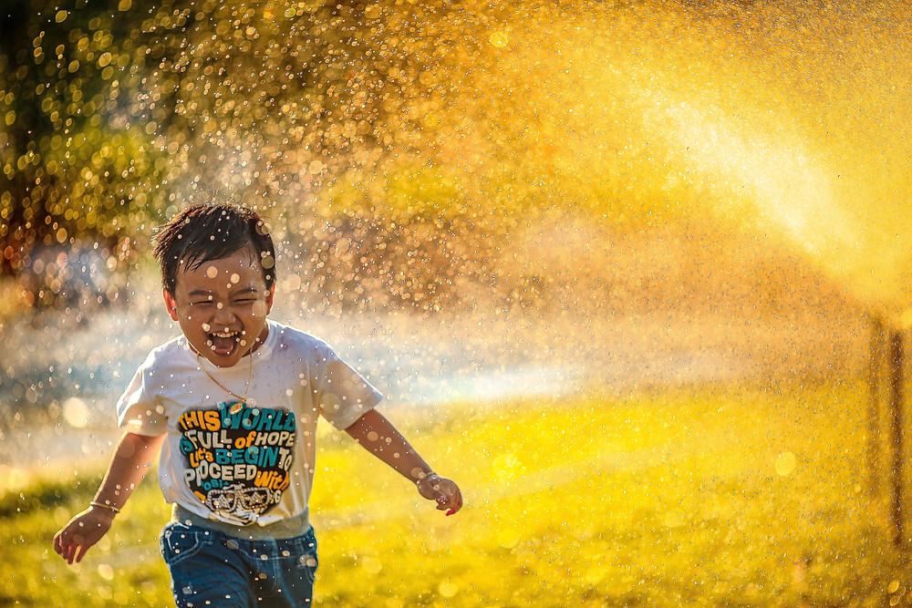enfant, jeu d'eau, soleil