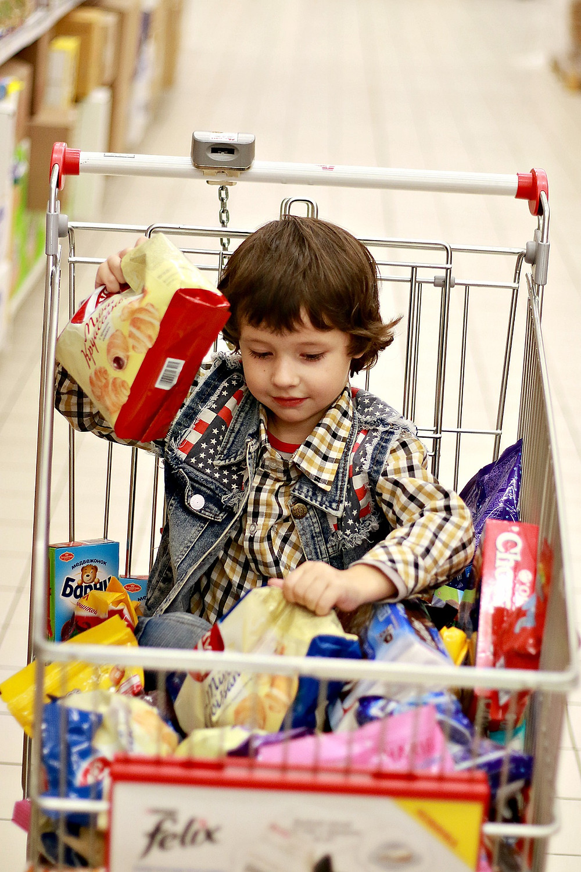 enfant gâteaux supermarché