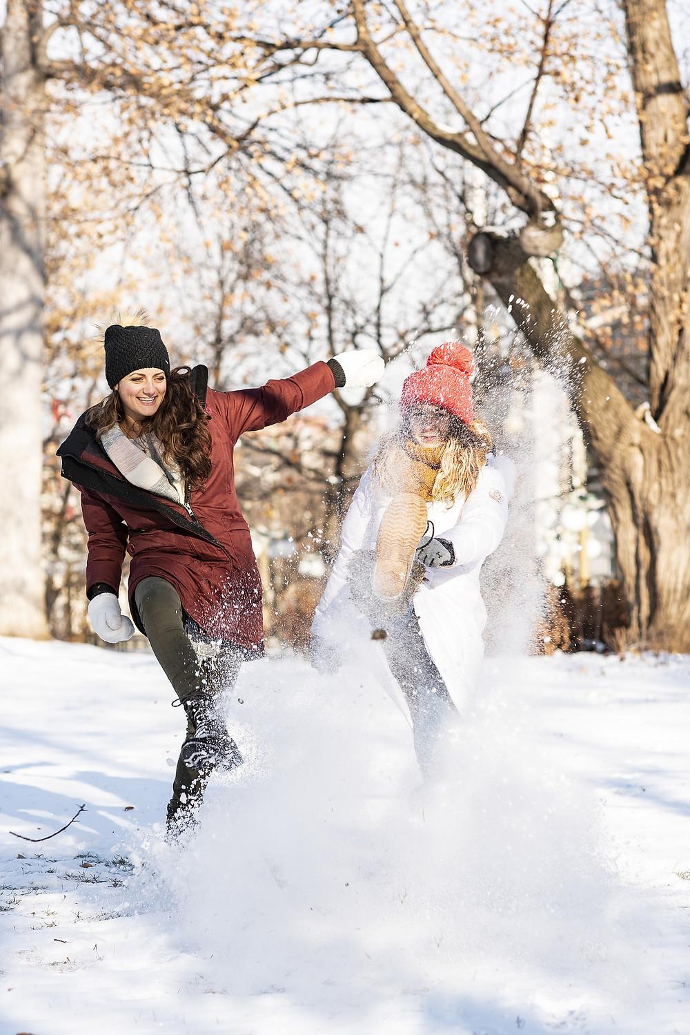 amies jouent dans la neige