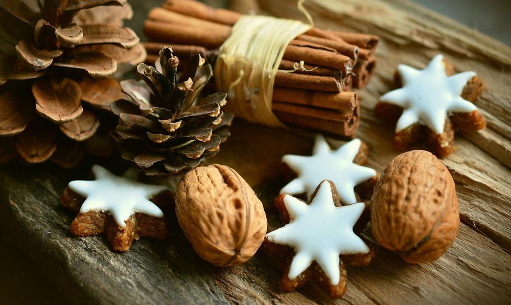 cannelle, noix et biscuits