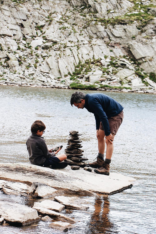 tour de galet au bord de l'eau en famille