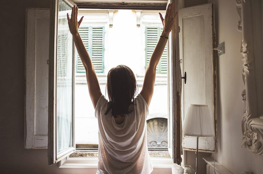 femme heureuse, matin ensoleillé