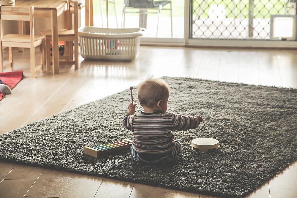 Enfant jouant dans une maison au décor minimaliste