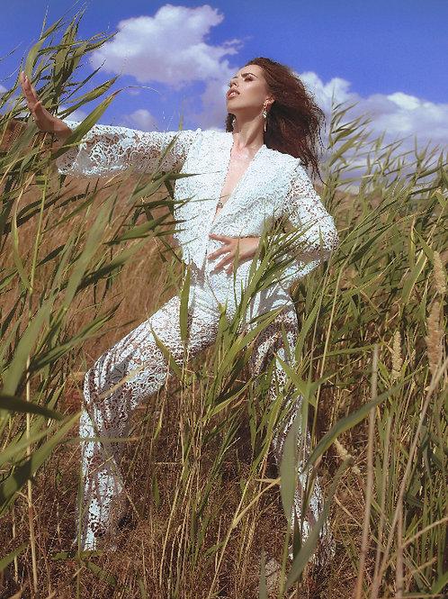 Белый вызанный костюм