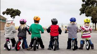 Qual é a melhor forma de ensinar a criança a andar de bicicleta?