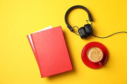 libros-rojos-auriculares-taza-cafe-sobre