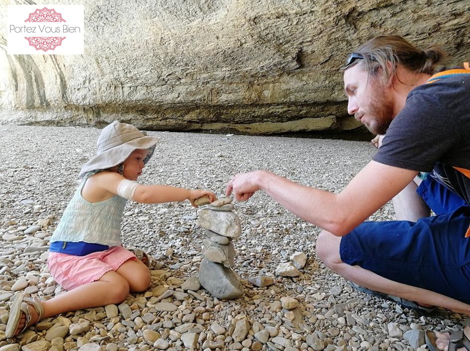Portez Vous Bien les cairns ou l'art d'empiler des pierres est une activité idéale à faire en famille
