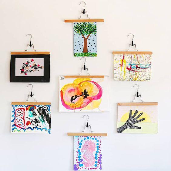un mur d'exposition original pour les dessins des enfants avec des cintres à pinces