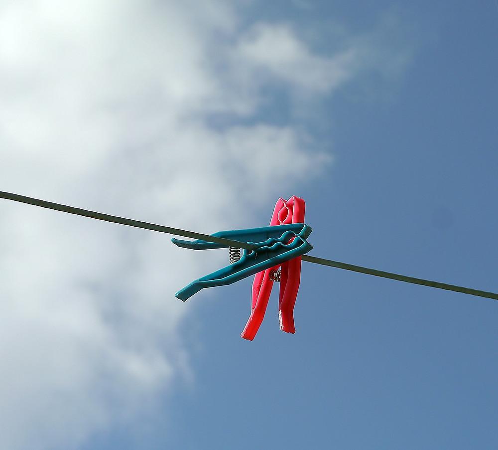 Les chaussettes mal accrochées s'envolent au vent