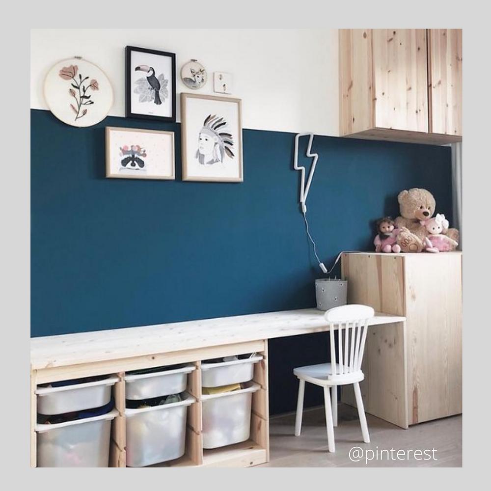 Home organising bureau pour les tout-petits, avec bac de rangements, bleu et blanc et bois