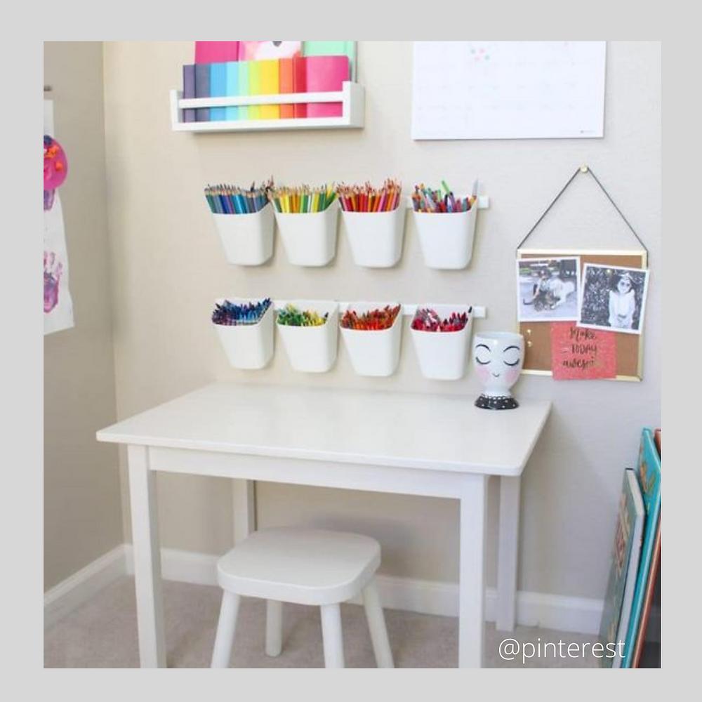 Home organiser bureau pour les tout-petits avec rangements muraux.