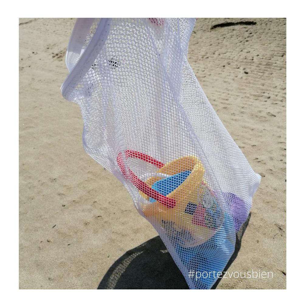 un filet de lavage pour emmener les jouets de plage sans trop de sable