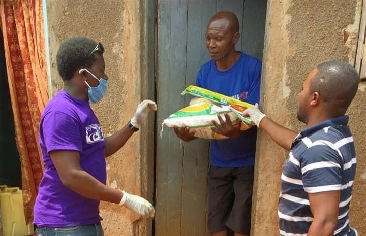 Food distribution by a local CBO in Uganda (www.yarid.org)