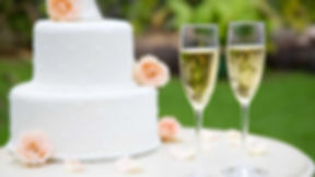 wedding_cake_champagne_glasses-157613128