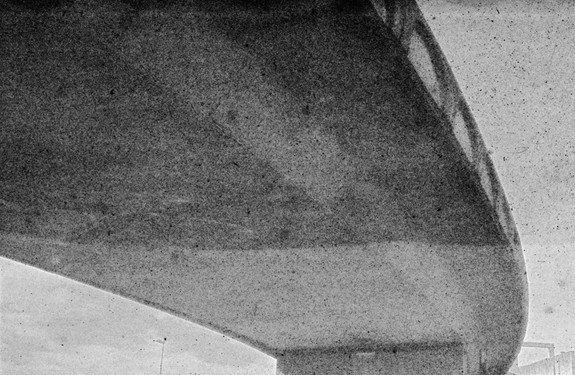 François Grivelet.  Sans titre. From Alt/Take.  Photographie réalisée à partir de film inversible couleur traité chimiquement. Pour l'exposition : Impressions laser noir et blanc grand format.