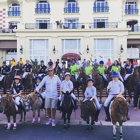 - Défilé des équipes dans Deauville -