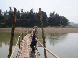 Super ce pont en bambou pour traverser le Mekong