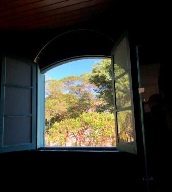 Uma das janelas da Suíte Manacá