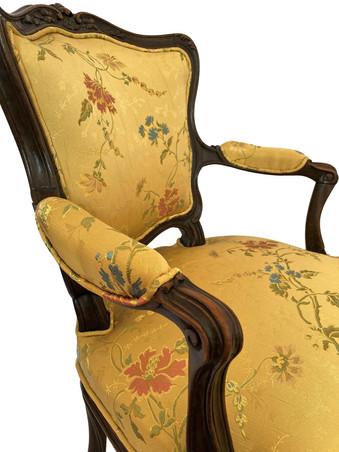Détail d'un fauteuil Louis XV du XVIIIe siècle