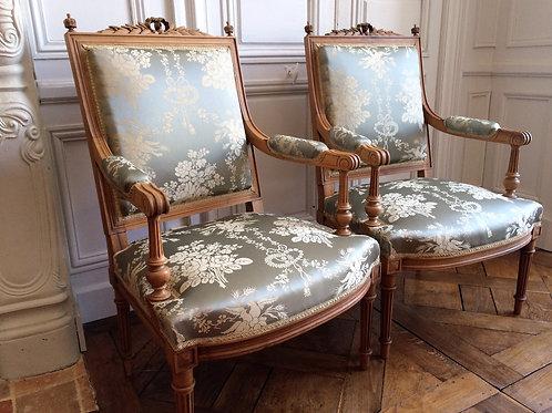 Paire de fauteuils Louis XVI soie XIXe siècle