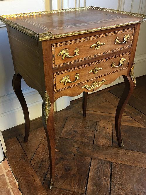 Table chiffonnière Louis XV en marqueterie XIXe siècle