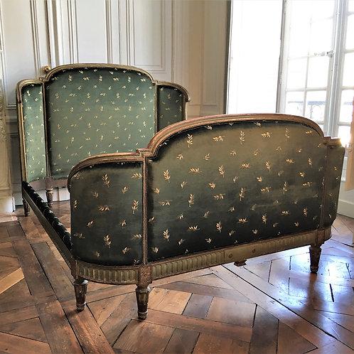 Lit en velours de soie Louis XVI château XIXe siècle