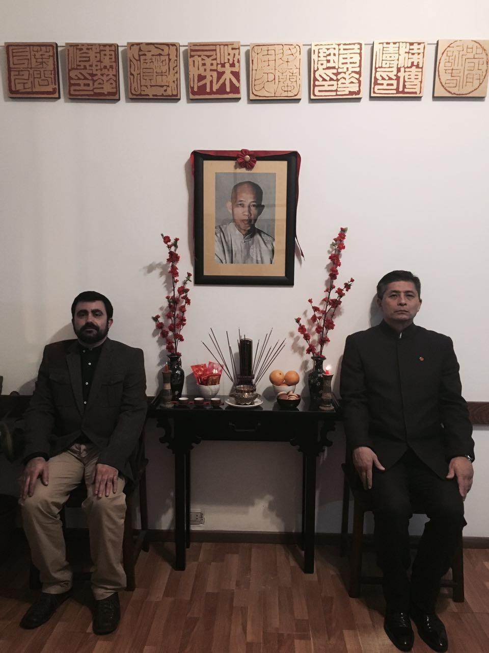 El Gran Maestro Leo Imamura y el Maestro Leandro Godoy junto al altar ancestral de Go Chai Kung Fu Studio - Núcleo de Moy Yat Ving Tsun Martial Intelligence
