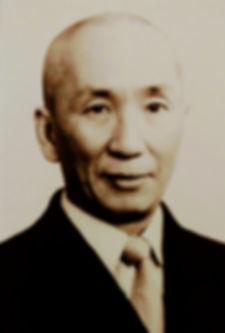 Única foto del Patriarca Ip Man (Yip Man) del Sistema Wing Chun en la que se lo ve vestido con un traje occidental. Era la foro que estaba en su pasaporte.