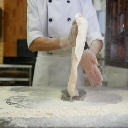 Nosso Pizzaiolo Régis girando a massa da Pizza