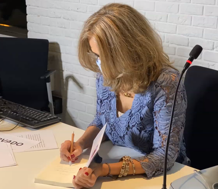 DETRÁS DEL ARCOÍRIS. LA SUPERACIÓN, firmando en la presentación