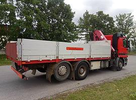 Veoauto kraanaga transport