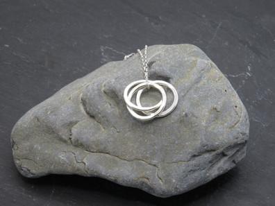 Triple interlinked pendant wear long or short