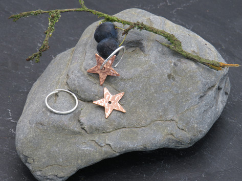 Hammered copper stars on continuous hoop