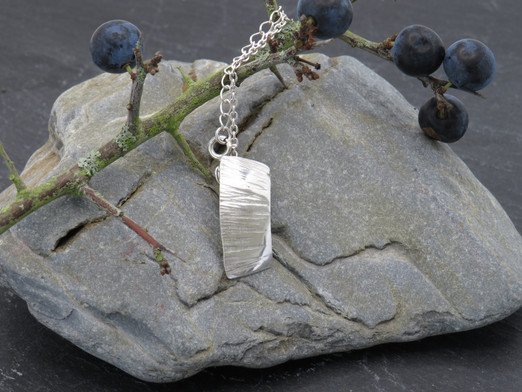 Curved barked pendant