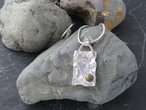 Rectangle reticulated and fused silver with green agate stone