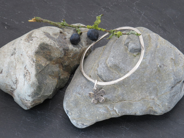 Flat wonky hammered wire with daisy charm