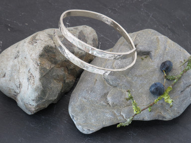 Continuous wrap hammered wire bangle