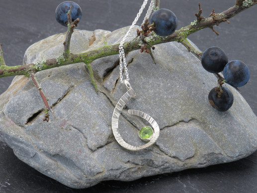 Curved barked pendant with peridot
