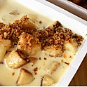 Nhoque dourado com molho de queijo
