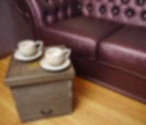 ちょっとしたサイドテーブルとしてお洒落な特注のインテリア桐箱