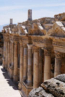 世界遺産パムッカレの頂上に残る古代ローマ都市 ヒエラポリス遺跡