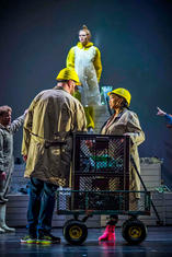 Steffen Kubach (Zweiter Müllsammler), Emma McNairy (Lena), Caroline Nkwe (Dritter Müllsammler), Chor des Theater Lübeck