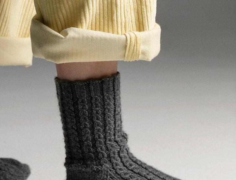 Bas longs à torsades tricotés par Claire