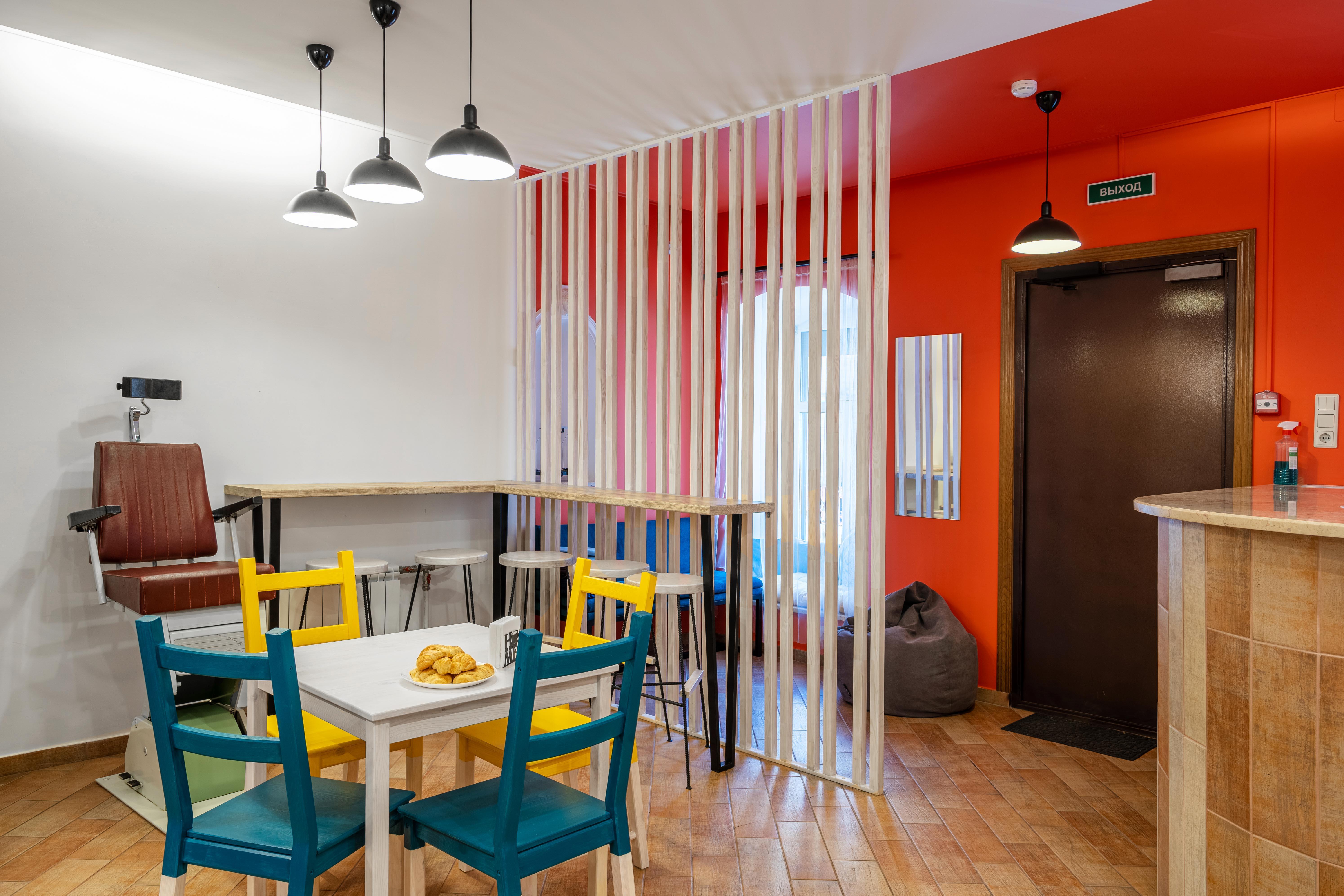 Зона столовой BookCase Hostel рассчитана на 10 посадочных мест