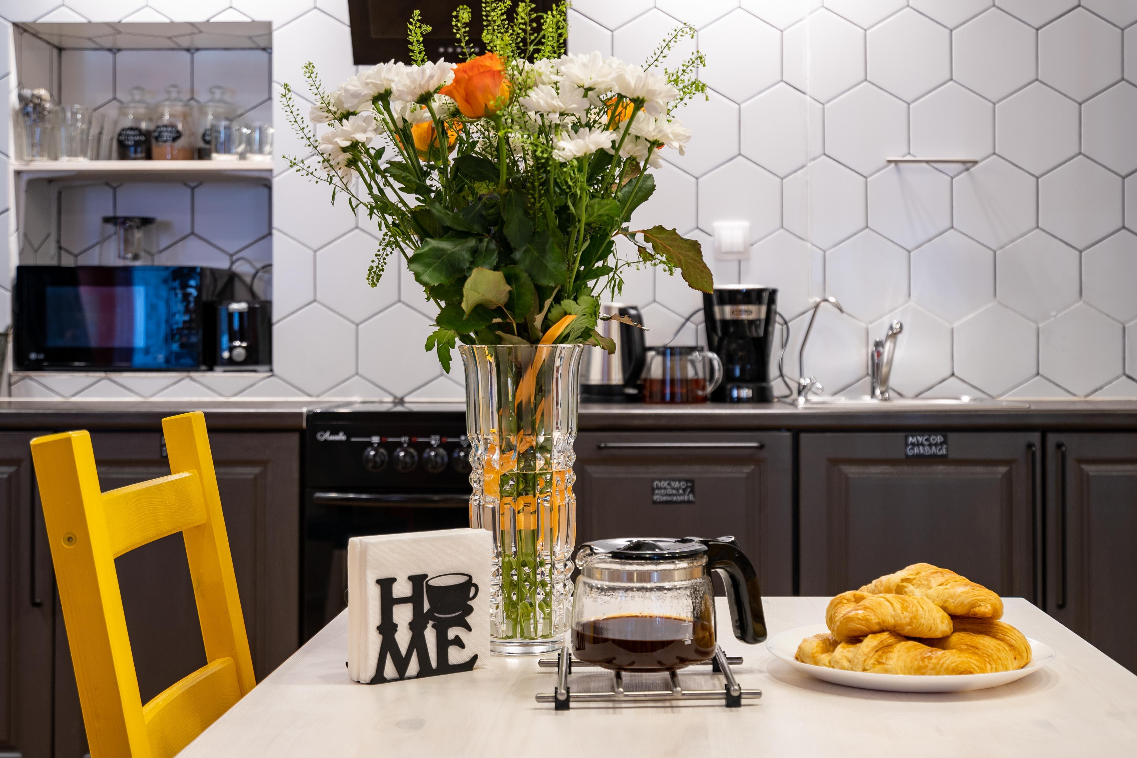 На кухне BookCase Hostel есть микроволновка, тостер, холодильник, морозилка, плита, духовка, электри